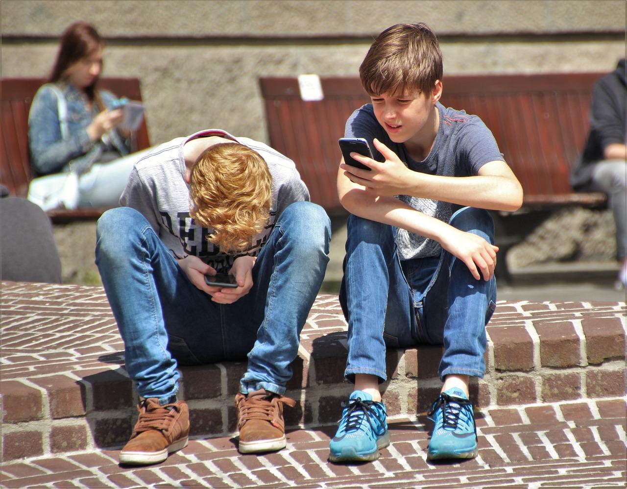 kids-on-phones